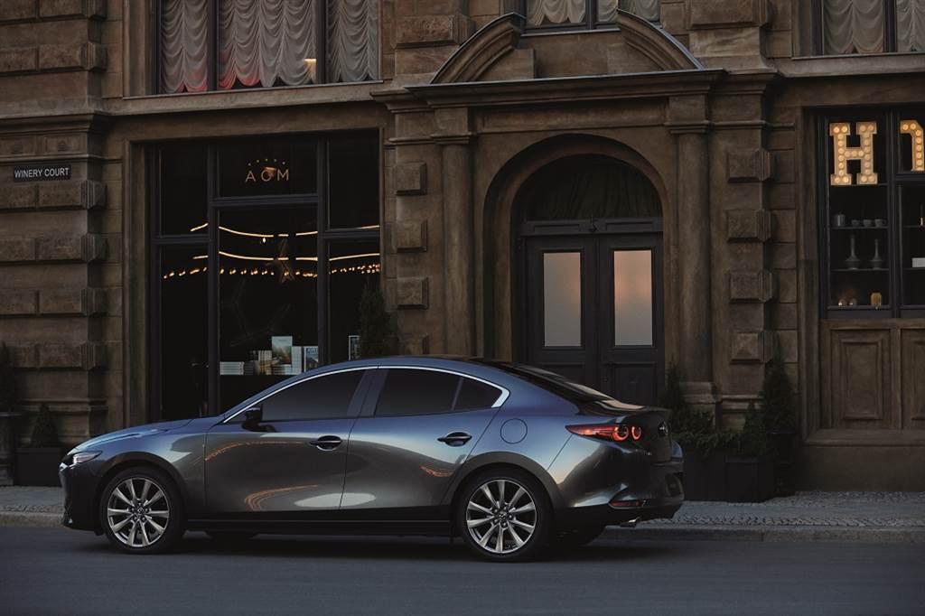四門車型提供接單生產之尊榮型,售價79.9萬元。