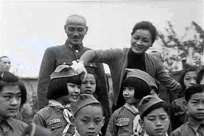 蔣中正總統與宋美齡夫人盡力照顧戰爭遺孤,成立育幼院、小學、中學,婦聯會也是在做這些事務,如今卻成了清算的目標。(圖/國民黨資料庫)