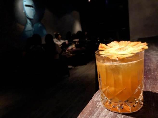 這杯以VSOP為Base 混搭芒果泥非常具有南洋風格的特調!調酒師配了微量的杏仁酒和自製鳳梨乾片,將杏仁香與果香完美結合呈現。