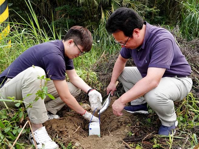 中正大學地球與環境科學系動員師生,沿古坑、梅山一帶,密集擺設百顆地震感測器。(中正大學提供/張亦惠嘉縣傳真)