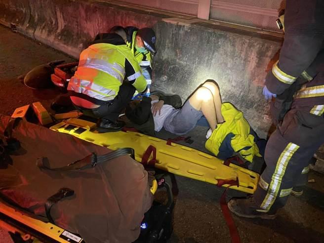 救護人員趕到事故現場,將傷者送醫救治。(民眾提供/王文吉台中傳真)