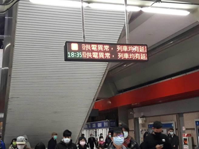 因供電系統出狀況導致列車延誤。(陳鴻偉翻攝)