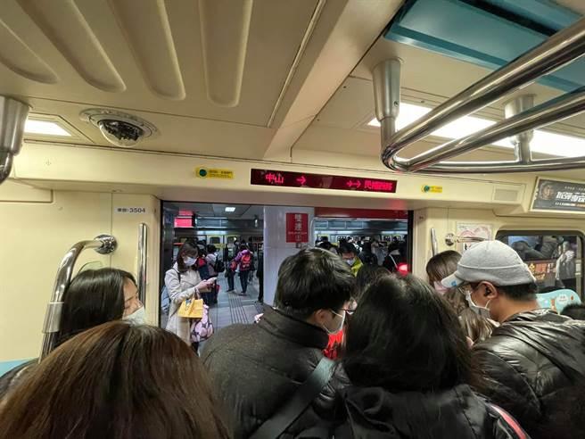 巨響後車廂漆黑 列車倒退嚕保全月台狂奔 乘客目擊台北捷運掛點(翻攝 臉書)
