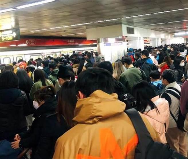 巨響後車廂漆黑 列車倒退嚕保全月台狂奔 乘客目擊台北捷運掛點(翻攝FB)