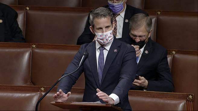 共和黨眾議員亞當·金津格發言支持彈劾,目前有5位共和黨眾議員表態支持,包括錢尼的長女。(圖/美聯社)