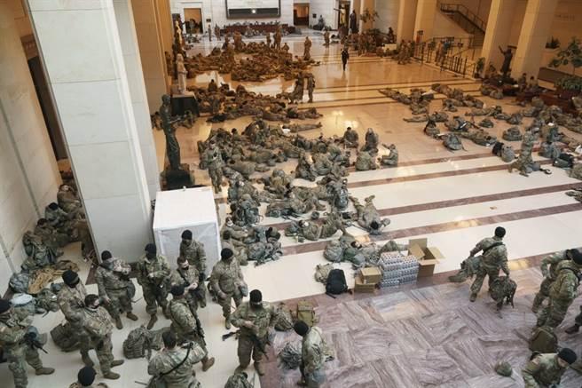 預防國會大廈再遭群眾闖入,相當數量的國民警衛隊進入國會大廈鎮守。(圖/美聯社)