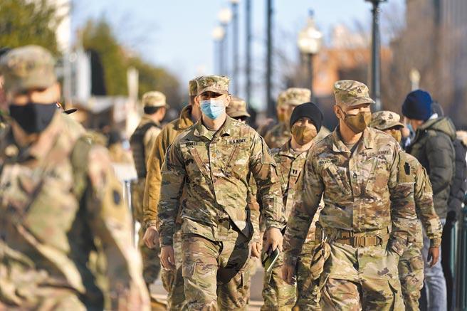 川普11日宣布華府進入緊急狀態,國民兵也被授權部署多達1.5萬名兵力。圖為華盛頓特區的國民兵。(美聯社)