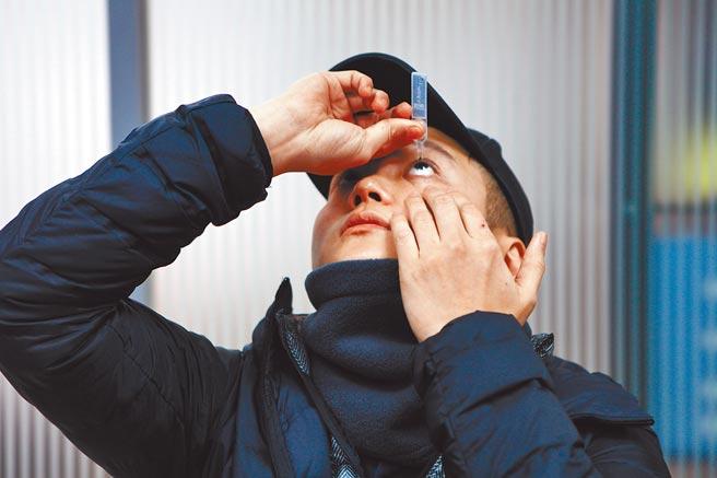 錢櫃KTV服務生誤把酒精當額溫槍,朝台北市大安區臥龍里長邱奕承臉部噴3、4下,造成糜爛性角膜炎,現在每天都要點好幾次人工淚液,眼睛才不會乾澀。(張立勳攝)