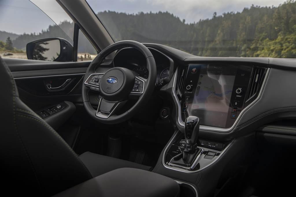標配Harman Kardon鑽石級音響以及11.6吋智慧影音系統,支援Apple CarPlay™與Android Auto™兩大系統。