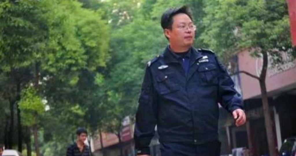張曉勇頂著清大光環,卻在社區擔任小保全。(圖/翻攝自搜狐新聞)