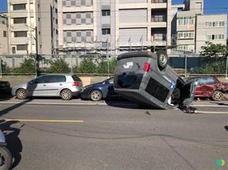 鶯歌轎車疑恍神自撞 四輪朝天翻覆追撞路旁3車