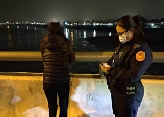 女子攀二仁溪桥梁 警方力劝阻止悲剧发生