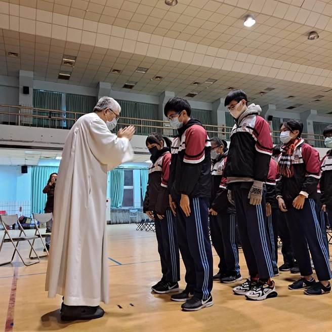 學測日期將近,天主教黎明高級中學特別舉辦高三學測前祈福禮。(黎明中學提供/劉秀芬台南傳真)