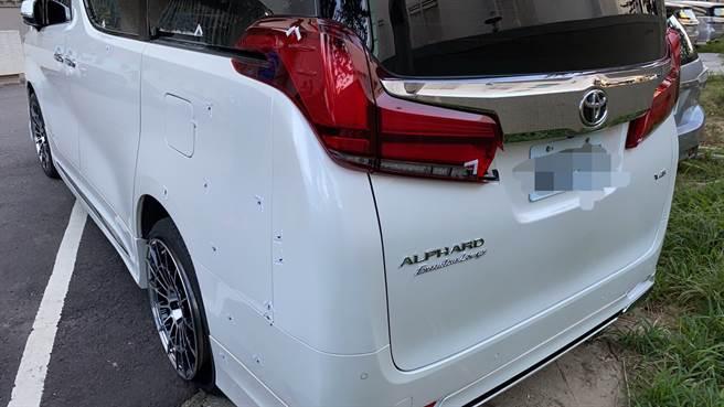 台中市南屯區龍富路某當舖3日遭槍擊,車身滿是彈孔,相當怵目。(圖/熱心民眾提供)