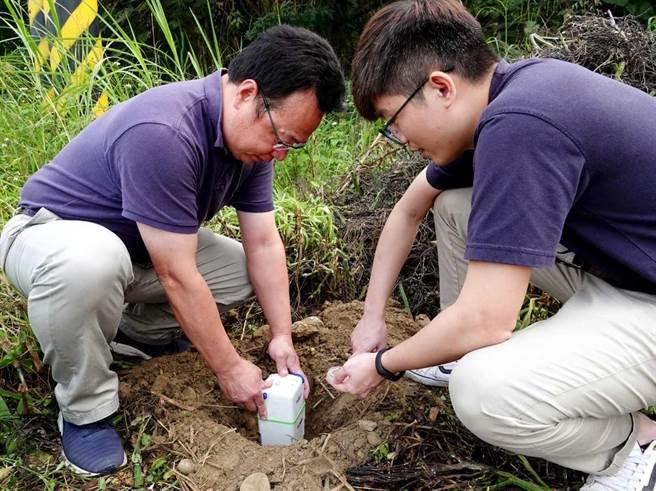 中正大學地球與環境科學系動員全系師生,首先沿古坑、梅山一帶,密集擺設了百顆地震感測器,每日不間斷監測這些關鍵地區的微小地震訊號長達3個月,藉此分析台灣西部麓山帶複雜的地殼活動及地層構造,評估孕育大地震發生的特性。(中正大學提供/李侑珊台北傳真)