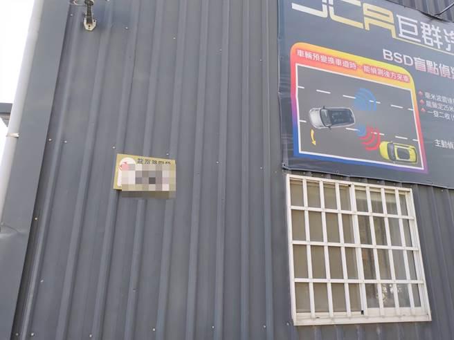 台中市南屯區龍富路某當舖3日遭槍擊,房屋外牆也全是彈孔。(圖/熱心民眾提供)