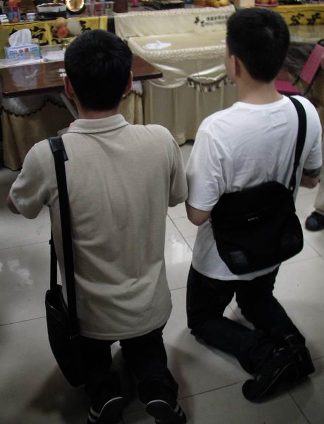 2010年,彭男以及張男曾一改劣性,兩人在眾多媒體前以跪姿一路爬行至黃婦的靈前上香謝罪。(中時資料照)