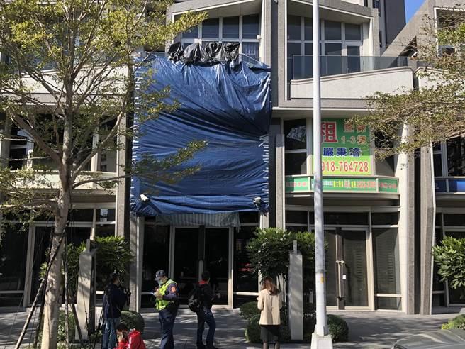 台中市南屯区龙富路一家当舖,3日凌晨遭歹徒开62枪,目前当舖歇业中。(陈世宗摄)