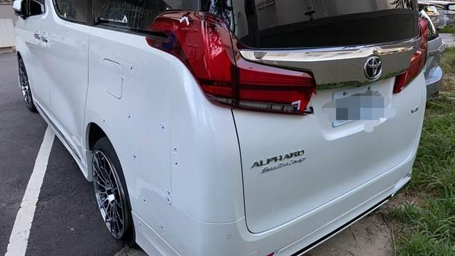 南屯区龙富路当舖前,一辆休旅车3日遭歹徒开62枪,车身弹孔累累。(警方提供/陈世宗台中传真)