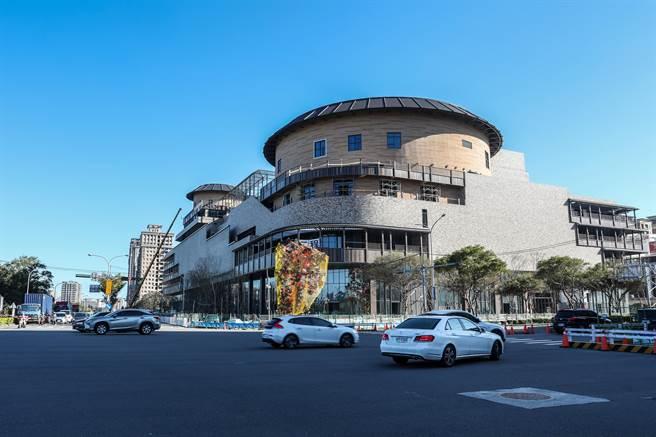 遠東集團興建客家圓樓造型的「竹北新世紀購物中心」,營運將創造1700個就業機會。(羅浚濱攝)