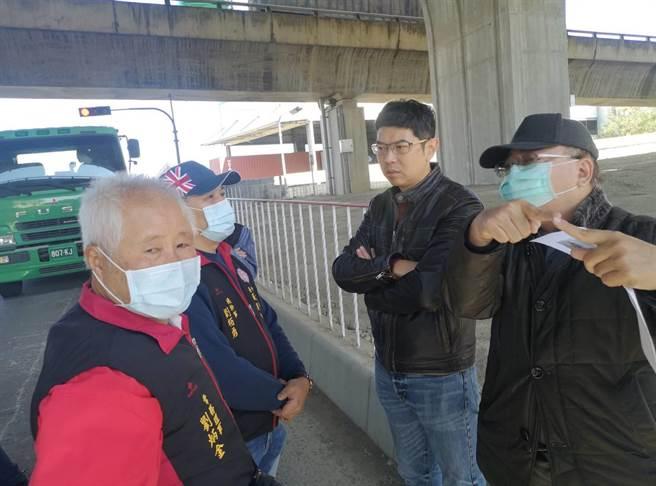 市議員周永鴻爭取開闢道路進行車輛分流。(陳淑娥攝)