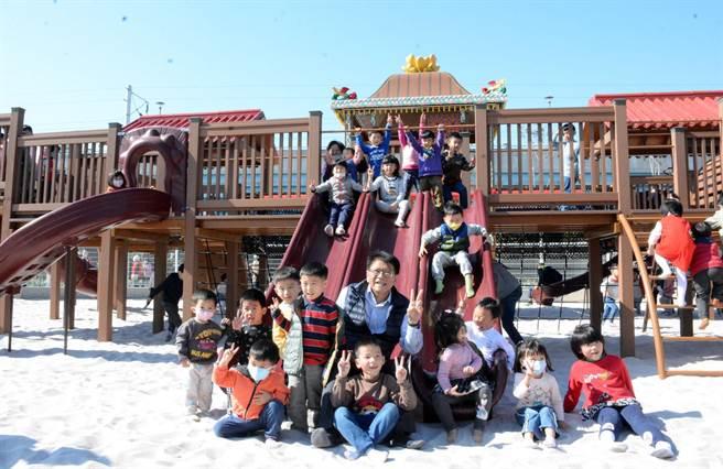 麟洛火车站旁以客家花轿为主题的沙池公园正式启用,成为乡内新兴景点。(林和生摄)