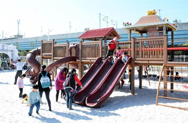 麟洛火车站旁的客家主题沙池公园正式启用,孩子们兴奋体验。(林和生摄)