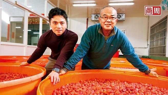 泰泉二代吳福泉(右)與三代楊依隆(左)攜手,在食安風暴看見商機,轉型以無添加果乾敲開各通路大門,成包裝果乾市占第一。(圖/駱裕隆攝)