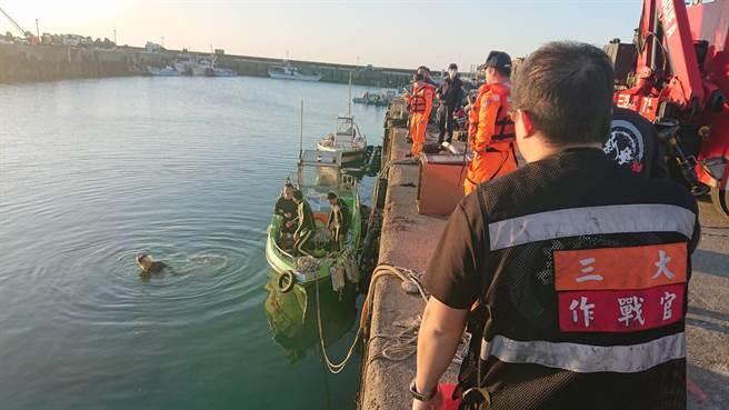 藍色廂型車不明原因衝漁港 傳車內有1人受困警消搶救中。(戴上容翻攝)