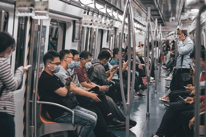 步入到社會當中,日常變成兩點一線的行動範圍。(圖片取自Unsplash)
