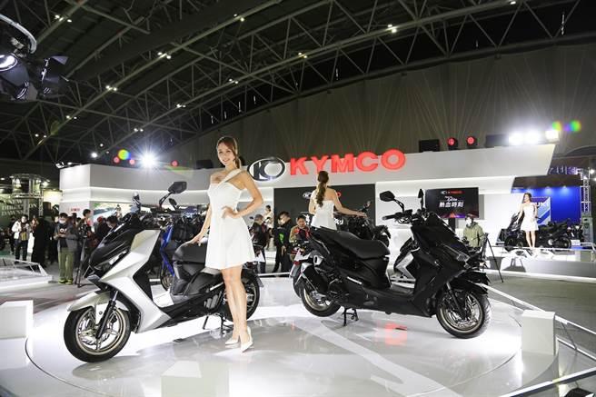 光陽KYMCO於2021國際摩托車展中,由KRV 180及DT X360領軍,並搭配極具競爭力的售價引發搶車潮。而為慶祝2020年豪奪21連霸,霸推「牛轉新機」優惠專案,指定車款加碼2,000~3,000千元賀歲金,續拚2021年紅盤業績。(圖/業者提供)