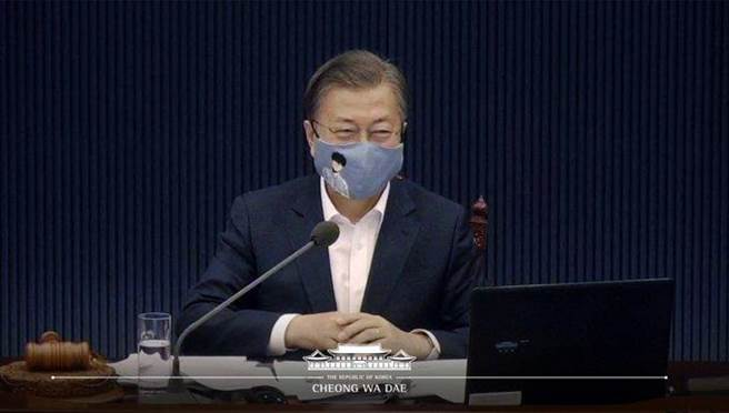 南韓總統文在寅在國務會議戴上印有人氣韓漫《TEN》角色的口罩,引起不小話題。(摘自南韓文觀部推特)