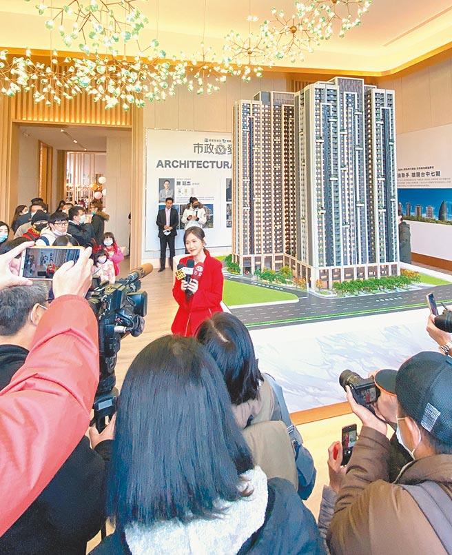 金钟奖主持人吴姗儒9日为「市政爱悦」担任代言人,虽然台中低温来袭,仍吸引眾多热情粉丝进场。图/业者提供