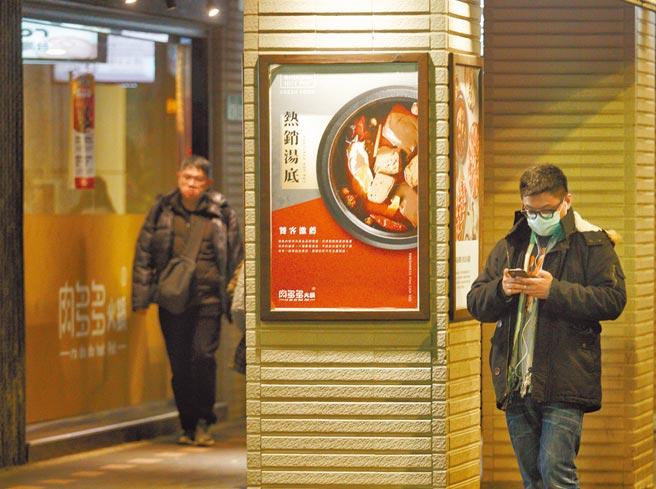民進黨立委高嘉瑜13日表示查看「台灣豬標章證明地圖」發現,連鎖火鍋店「肉多多」,肉品來源高達6國,「肉多多」回應,去年12月試辦有申請,1月已撤下所有門市標章,不懂為何還出現在地圖上。(陳信翰攝)