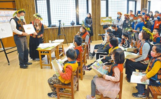 魯凱族本位教材極具親和力,融入文化與部落生活,更能提高學生學習意願。(林和生攝)