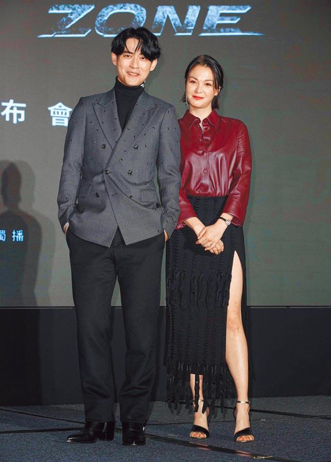 周渝民(左)帥氣依舊,昨與張榕容出席《逆局》卡司發布會。(吳松翰攝)