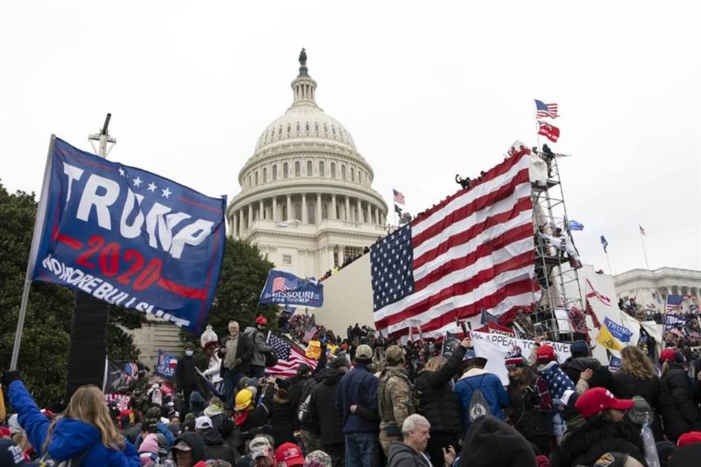 1月6日美國國會山莊發生暴亂,川普被指對事件進行言語煽惑,遭國會啟動彈劾程序。(圖/美聯社)