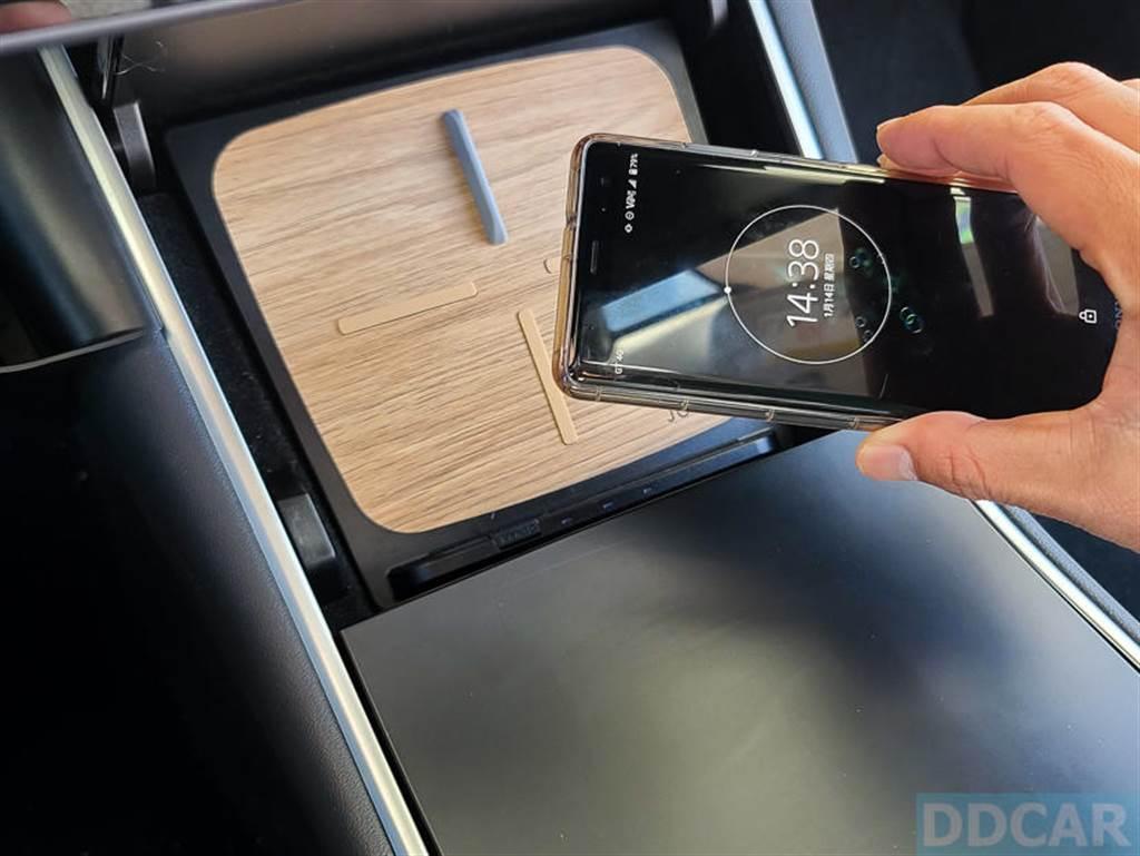 留意 Jowua 無線充電板上的防滑墊設計,它可以幫助手機在行駛間不亂滑動,無線充電更穩更牢固。