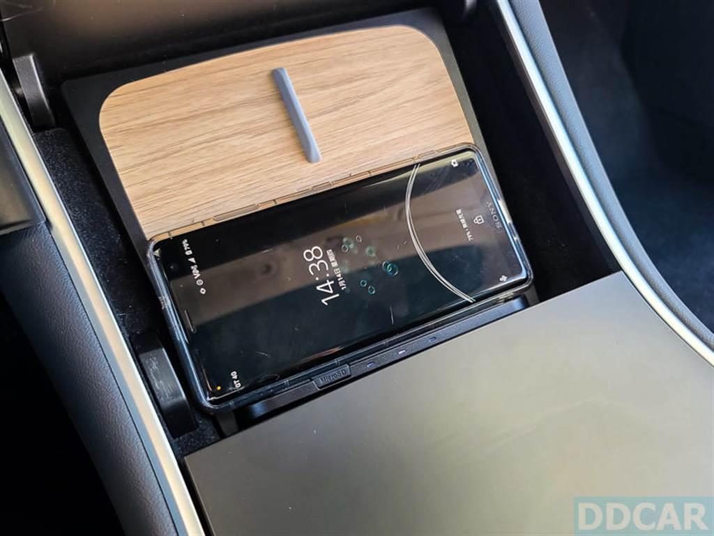 專為大體積手機設計的橫向充電,不需要特別對準位置,手機隨手放上就能啟用無線充電。