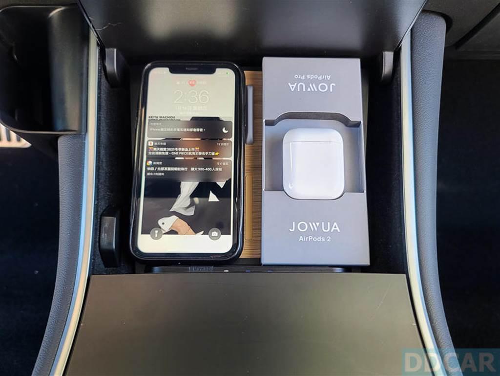 開車途中或是停好車都可以替 iPhone 和耳機充電,將無線充電板的效率發揮到最大。