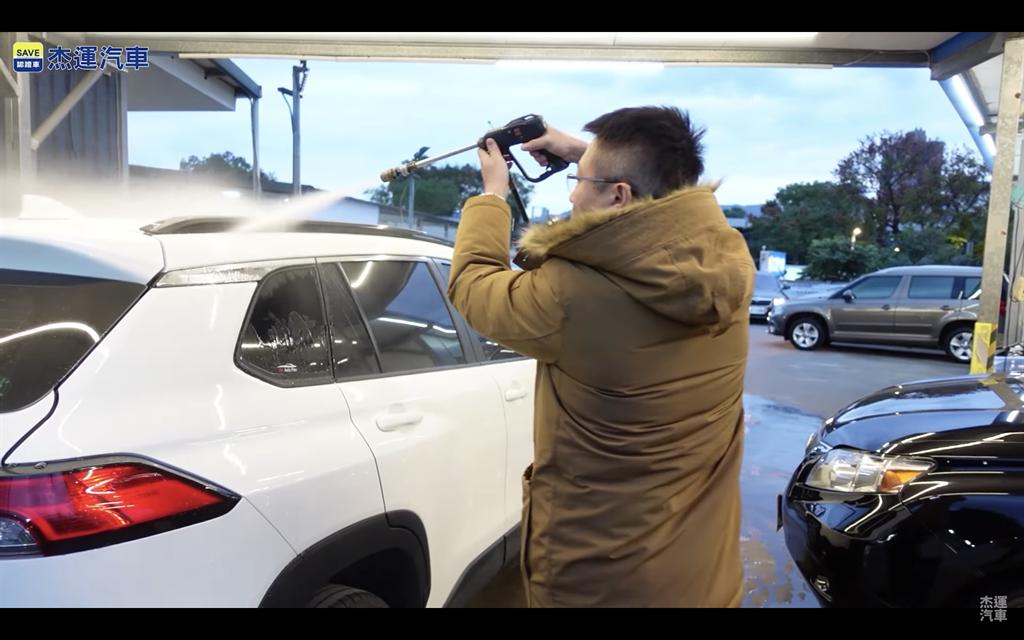 以洗車用高壓水槍進行防水測試。(圖片來源:截取自杰運汽車YT頻道)