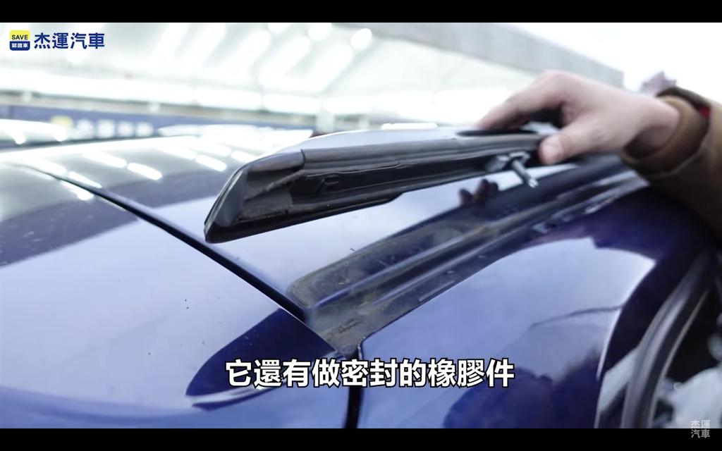 BMW X1雖然同樣採用鑽孔設計,但有橡膠密封,且採用螺絲對鎖固定。(圖片來源:截取自杰運汽車YT頻道)
