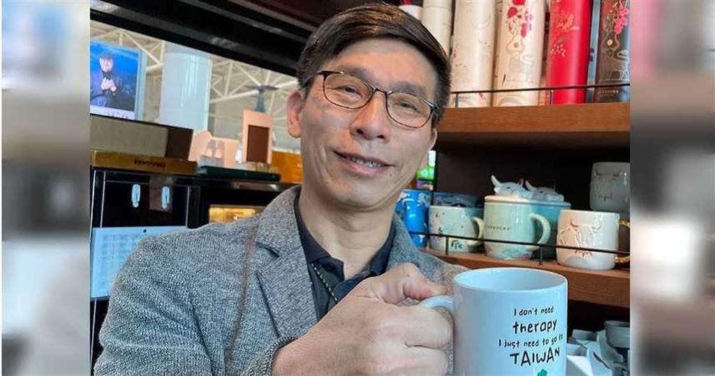 立委鍾佳濱自行製作「我不需要治療,我只需要去台灣」馬克杯送人。(圖╱鍾佳濱辦公室提供)