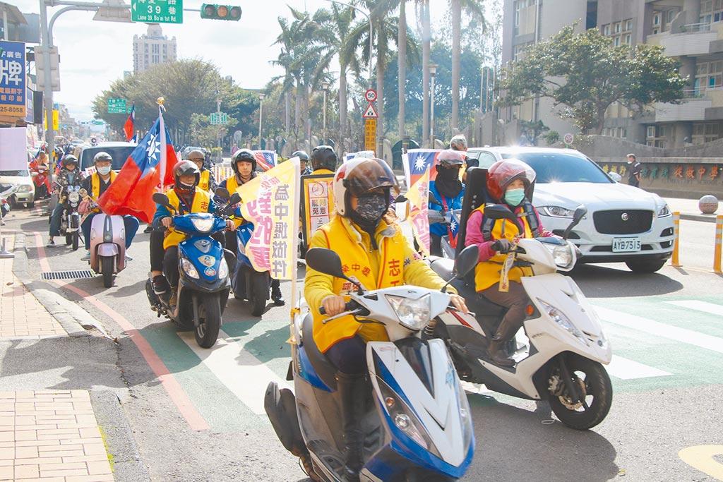 罷王總部在投票倒數階段,以車隊掃街等形式宣傳民眾踴躍投票。(呂筱蟬攝)