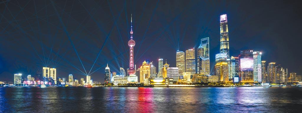 浦東陸家嘴燈光秀。上海的GDP緊追台灣。(新華社)
