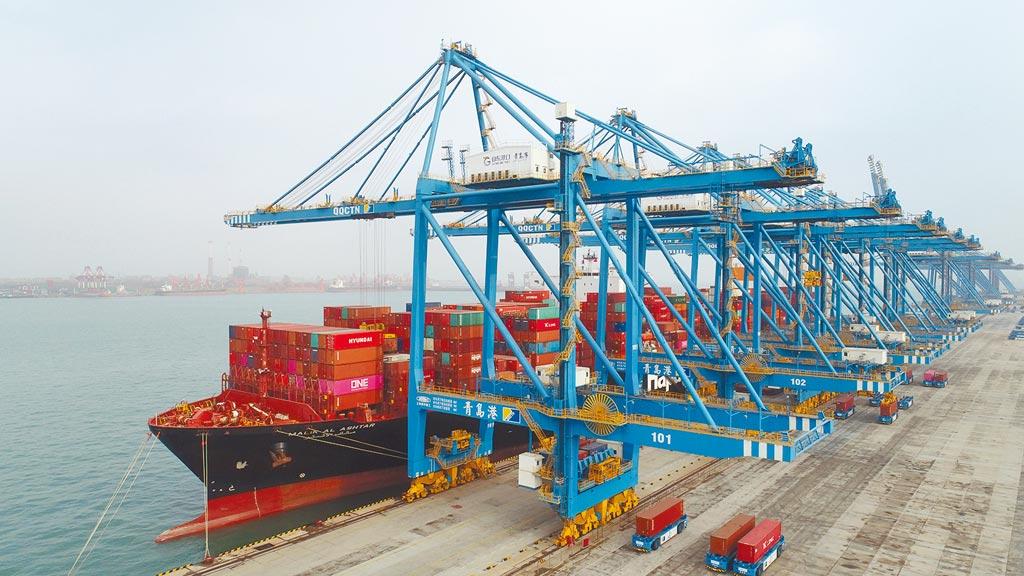 大陸2020年成為全球唯一實現貨物貿易正增長的主要經濟體, 圖為山東自由貿易試驗區自動化碼頭,一艘貨輪在裝載出口的貨物。(新華社)