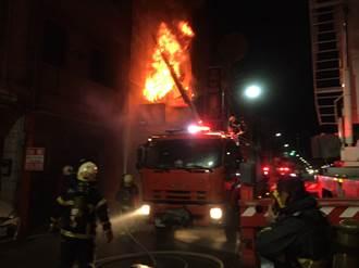 高雄惡火奪3命 勇媽抱一歲女攀外牆墜落 目擊者慟:火竄到她腰部