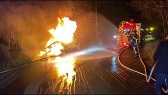 台東小客車衝進排水溝起火 駕駛逃出無礙