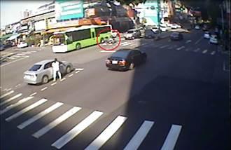 又傳路倒!婦騎車自摔公車旁 驚險瞬間幸運獲救