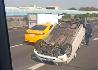 國道1號貨車和自小客追撞  轎車4輪朝天駕駛受困